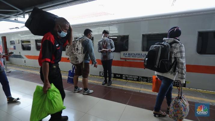 Petugas mengecek tiket keberangkatan penumpang di Stasiun Senen, Jakarta, (9/4/2021). Ditjen Perkeretaapian Kementerian Perhubungan (Kemenhub) telah melarang perjalanan kereta api (KA) antar kota dan KA perkotaan selama periode mudik Lebaran 2021. Ini menyusul menindaklanjuti larangan mudik Lebaran 2021 oleh pemerintah mulai 6 hingga 17 Mei 2021. Maryati 39th pulang lebih awal ke Magelang sebelum larangan mudik.   (CNBC Indonesia/ Tri Susilo)