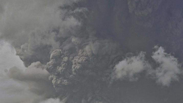 Gunung api La Soufriere yang ada di Pulau St Vincent, Karibia bagian timur, mengalami erupsi pada Jumat (9/4) waktu setempat. (AP Photo / Lucanus Ollivierre)