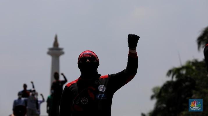 Buruh berdemo di kawasan Patung Kuda, Jakarta, Senin (12/4/2021). (CNBC Indonesia/Andrean Kristianto)