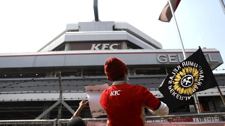 Demo Pekerja KFC di Gelael. (CNBC Indonesia/Muhammad Sabki)
