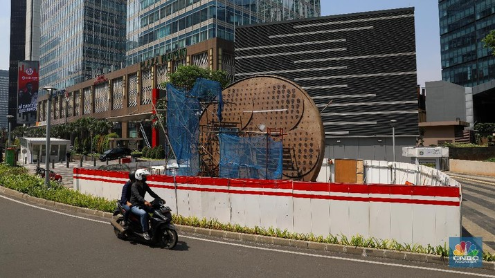 Pembangunan Tugu Sepeda. (CNBC Indonesia/Andrean Kristianto)