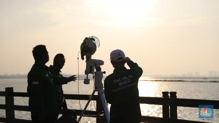Tim Pemantau Hilal Badan Meteorologi, Klimatologi dan Geofisika (BMKG) melaksanakan pemantauan di Dermaga Hati, Taman Impian Jaya Ancol, Jakarta Utara, Senin (12/4/2021). (CNBC Indonesia/Muhammad Sabki)