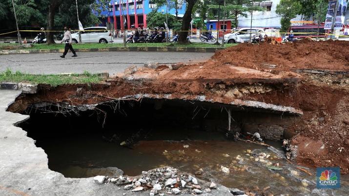 Jalan di depan pertokoan GDC amblas. (CNBC Indonesia/Muhammad Sabki)