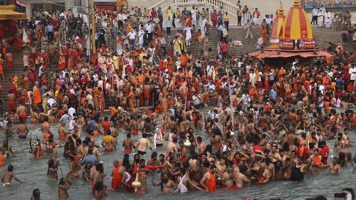 Masyarakat India menyelenggarakan festival keagamaan ditengah pandemi Covid-19. (AP/Karma Sonam)