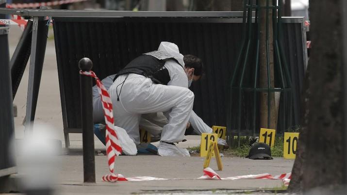Satu orang tewas dan satu orang lainnya terluka dalam penembakan di luar rumah sakit di Paris, Prancis, pada Senin (12/4). (AP/Christophe Ena)