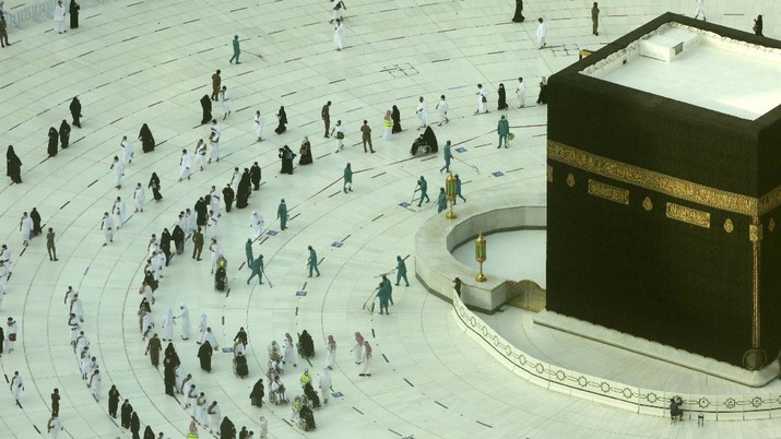 Sholat terawih pertama di Masjidil Haram. (AP/Amr Nabil)