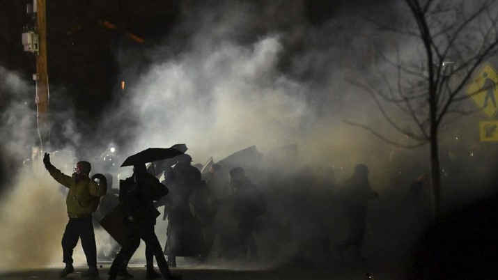 Aksi protes penembakan pria kulit hitam di Minneapolis berakhir ricuh. AP/John Minchillo