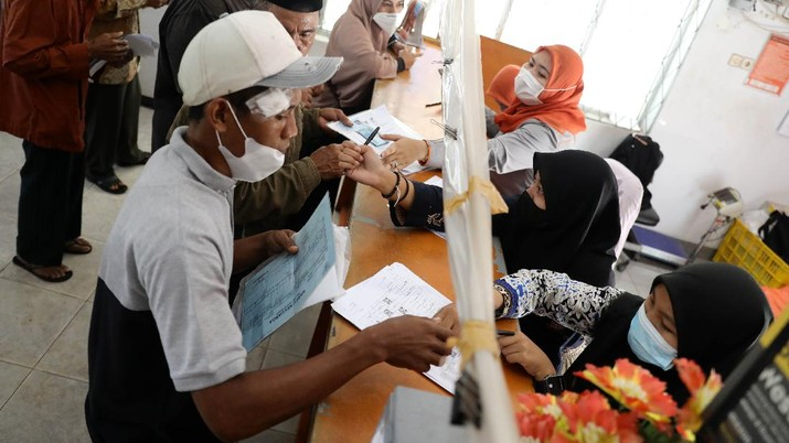 Warga Desa Cihowe, Ciseeng  mengantre saat pengambilan Bantuan Sosial Tunai (BST) di Kantor Pos Indonesia, dikawasan Parung, Bogor, Jawa Barat, Rabu (14/4/2021). Kementerian Sosial menekankan Bantuan Sosial Tunai (BST) bagi terdampak Covid-19 tak akan diperpanjang. BST terakhir disalurkan pada April 2021.