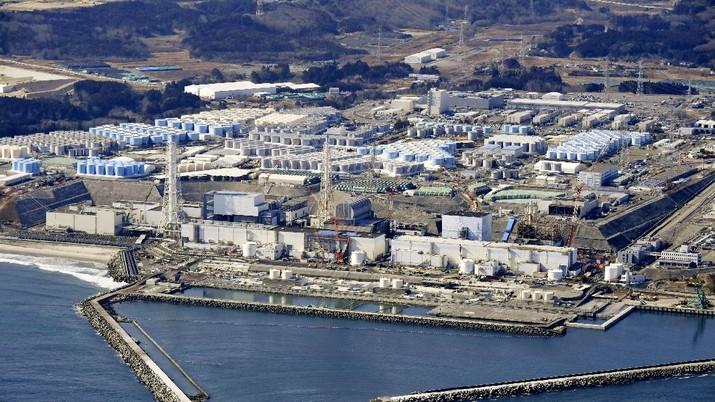 Pemandangan dari udara menunjukkan tangki berisi air yang terkontaminasi dan pembangkit listrik tenaga nuklir Fukushima Daiichi yang meleleh. AP/