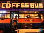 Kenang Era 90an, Bangkai Metromini S75 Disulap Jadi Kafe
