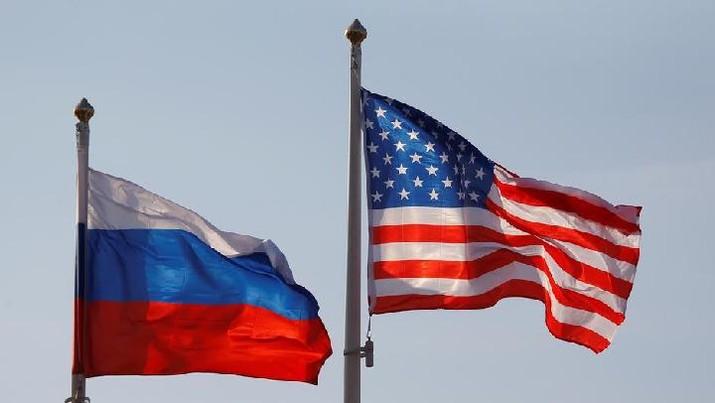 lustrasi bendera Rusia - Amerika Serikat. AP/
