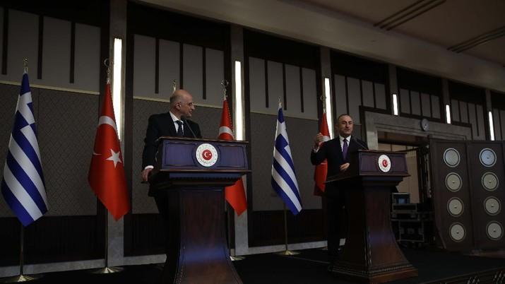 Menlu Yunani, Nikos Dendias (kiri) saat menggelar konferensi pers bersama dengan Menlu Turki, Mevlut Cavusoglu (kanan) di Ankara. AP/Burhan Ozbilici