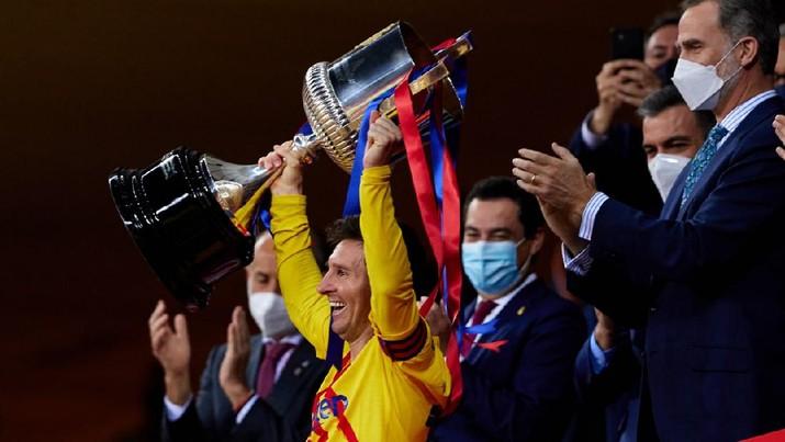 Lionel Messi mengangkat trofi Copa del Rey 2021.