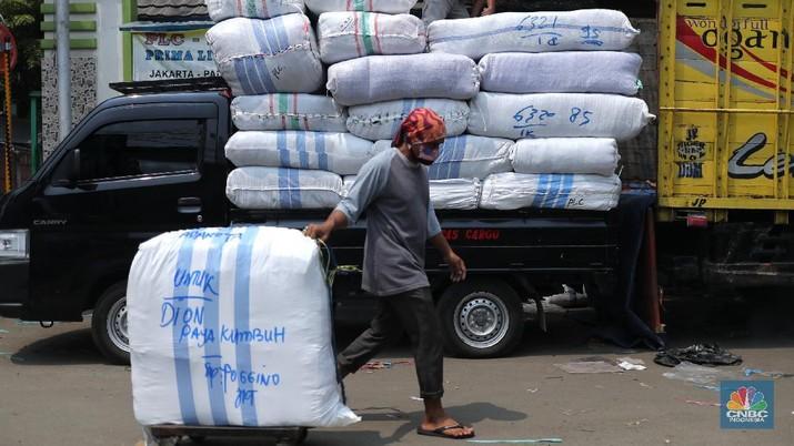 Sejumlah pedagang menaikkan barang logistik pakaian jadi dari ACC Logistik di Tanah Abang, Jakarta, Senin (19/5/2021). Datangnya bulan Ramadhan dan idul Fitri 1442 H, permintaan pakaian jadi mengalami peningkatan untuk asar luar daerah seperti Payakumbuh, Pekanbaru dan Medan. (CNBC Indonesia/Tri Susilo)