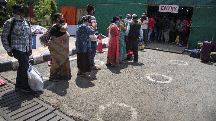 Passengers queue up to test for COVID-19 at  a railway station in Gauhati, India, Monday, April 19, 2021. India now has reported more than 15 million coronavirus infections, a total second only to the United States. (AP Photo/Anupam Nath)