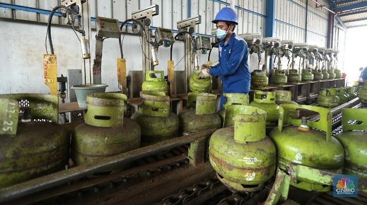 Petugas melakukan pengisian gas ke dalam tabung elpiji 3 kg di SPPBE (Stasiun Pengangkutan dan Pengisian Bulk Elpiji), Jakarta, Selasa (20/5/2021). (CNBC Indonesia/Tri Susilo)
