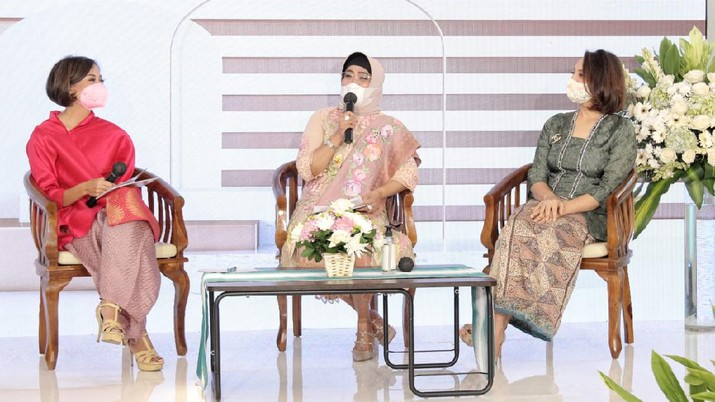 Wakil Direktur Utama BNI Adi Sulistyowati (tengah), Founder of Stellar Women Samira Shihab (kanan) dan Aliya Amitra (kiri) berbincang-bincang pada acara Perempuan Indonesia #LompatLebihTinggi bersama BNI di Jakarta, Rabu (21 April 2021). Dalam rangka Hari Kartini, para Srikandi BNI berkomitmen memajukan Perempuan Indonesia dalam rangka pemulihan ekonomi nasional.