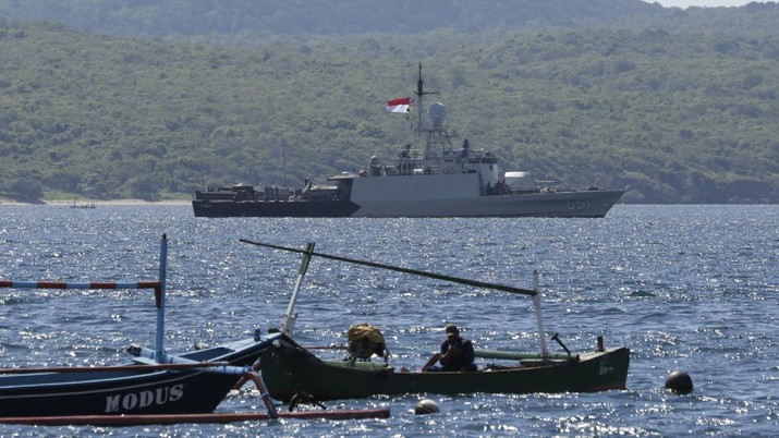 Indonesian Navy ship KRI Singa sails to take part in the search for submarine KRI Nanggala that went missing while participating in a training exercise on Wednesday, off Banyuwangi, East Java, Indonesia, Thursday, April 22, 2021. Indonesia's navy ships are intensely searching the waters where one of its submarines was last detected before it disappeared, as neighboring countries are set to join the complex operation. (AP Photo)
