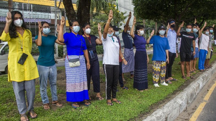 An anti-coup protester flashes the three-finger salute during a demonstration at Yangon, Myanmar on Wednesday, April 21, 2021. Aid workers and activists are warning Myanmar's political upheavals risk causing a regional refugee crisis as the strife following a February coup displaces growing numbers of people who have lost their livelihoods. (AP Photo)