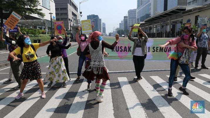 Sejumlah aktivis lingkungan hidup menggelar aksi