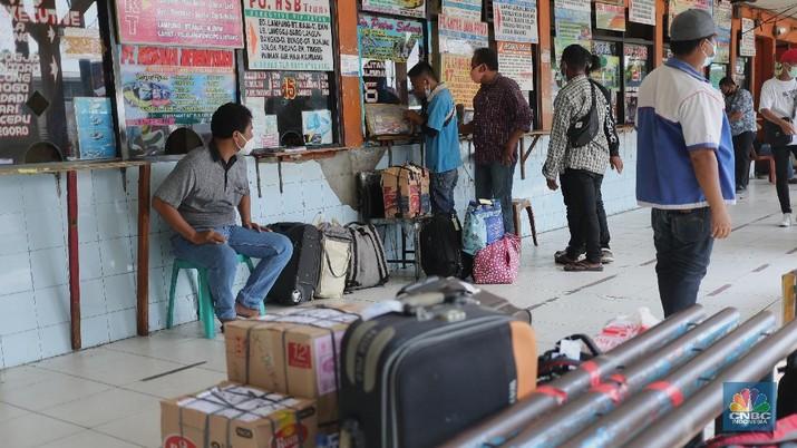 Aktivitas Penumpang di Terminal Kalideres Jakarta, Jumat (23/4/2021). Terminal Bus Kalideres masih berjalan normal, menyusul adanya Surat Edara Satuan Tugas Penanganan Covid-19 Nomor 13 Tahun 2021 Tetang pengetatan mudik, Jumat, (23/4/2021). Sebelumnya surat edaran itu mengatur pengetatan persyaratan Pelaku Perjalanan Dalam Negeri (PPDN) selama H-14 peniadaan mudik atau pada 22 April - 5 Mei 2021 dan H+7 peniadaan mudik 18 Mei - 24 Mei 2021.  (CNBC Indonesia/ Tri Susilo)