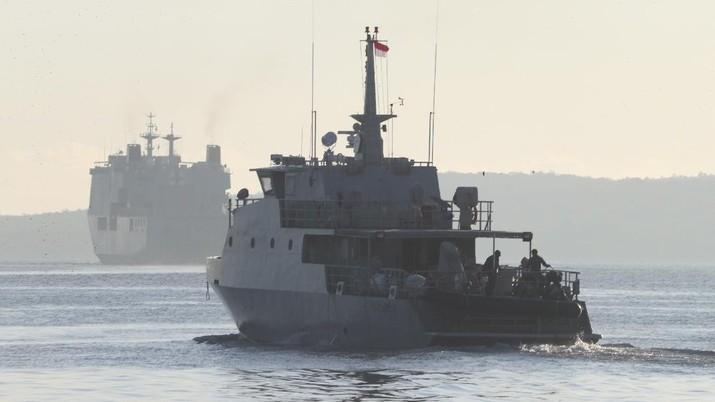 Patroli maritim pencarian kapal selam KRI Nanggala yang hilang saat mengikuti latihan di Rabu di perairan Pulau Bali. (AP/Eric Ireng)