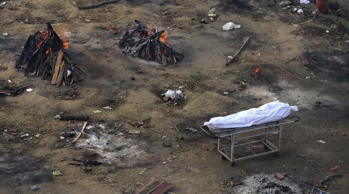 Sebuah lahan kosong diubah menjadi lokasi krematorium jenazah yang meninggal karena Covid-19 di New Delhi, India, AP/