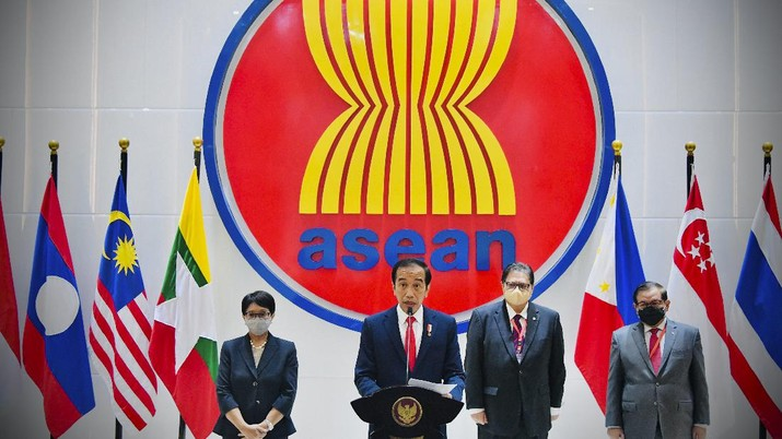 In this photo released by Indonesian Presidential Palace, Indonesian President Joko Widodo, center, delivers his press statement as, from left to right, Foreign Minister Retno Marsudi, Coordinating Minister for Economic Affairs Airlangga Hartarto, and Cabinet Secretary Pramono Anung listen, following ASEAN Leaders' Meeting at the ASEAN Secretariat in Jakarta, Indonesia, Saturday, April 24, 2021. Southeast Asian leaders demanded an immediate end to killings and the release of political detainees in Myanmar in an emergency summit with its top general and coup leader Saturday in the Indonesian capital, Indonesia's president said. (Laily Rachev, Indonesian Presidential Palace via AP)