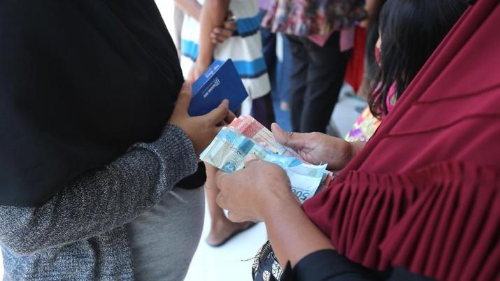 Sejumlah warga mendatangi Bank BRI di Jakarta untuk mendapatkan Banpres Produktif untuk Usaha Mikro (BPUM) sebesar 1,2 juta, Senin (26/4/2021). Program bernama Bantuan Produktif Usaha Mikro (BPUM) itu ditargetkan bisa menyalurkan ke 12,8 juta penerima selama tahun 2021. (CNBC Indonesia/ Tri Susilo)