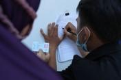 Padat! Intip Antrean Warga Ambil BLT UMKM Rp1,2 Juta di DKI