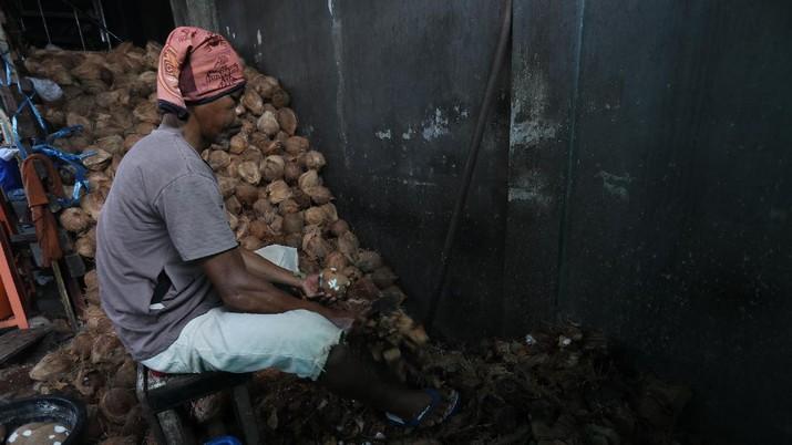 Pekerja menyelesaikan proses pembuatan dodol Betawi di rumah Produksi Pondok Dodol Sari Rasa Ibu Yuyun di Jakarta, Selasa (27/4/2021). Produksi dodol Betawi mengalami peningkatan permintaan sekitar 80 persen menjelang Hari Raya Idul Fitri dari semula hanya memproduksi dua wajan, kini mampu menyelesaikan 18 wajan dalam sehari. Harga dodol mulai dijual dari harga 20 ribu hingga 110 ribu dan memiliki 5 varian rasa. Salah satu karyawan mengatakan