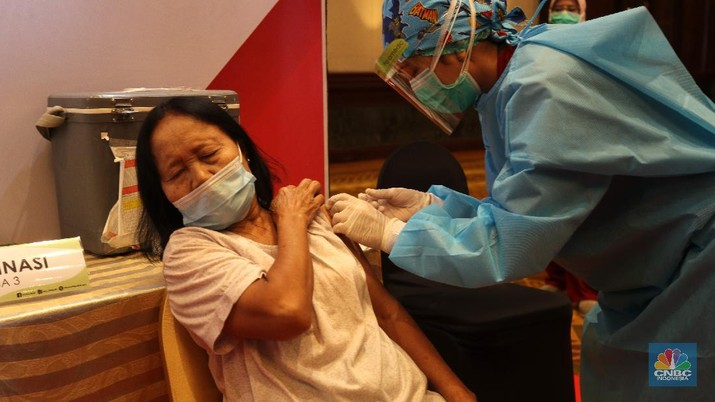 Otoritas Jasa Keuangan (OJK) bersama industri keuangan non-bank melaksanakan vaksinasi Covid-19 untuk lansia, Selasa (27/4/2021). Vaksinasi dipusatkan di Hotel Bidakara, Jakarta Selatan, Jakarta. (CNBC Indonesia/ Tri Susilo)