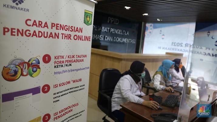 Petugas berjaga di posko pengaduan Tunjangan Hari Raya (THR) di Kementerian Ketenagakerjaan, Jakarta, Rabu (28/4). Menteri Ketenagakerjaan Ida Fauziyah menyatakan posko tunjangan hari raya (THR) Lebaran 2021 sudah ada di 34 provinsi. Posko THR dibuat untuk membantu pekerja mendapatkan haknya. Posko THR 2021 tak hanya ada di pusat, tapi juga di provinsi dan kabupaten/kota. Hal ini agar pelaksanaan koordinasi di posko menjadi lebih efektif. Pengawasan ketenagakerjaan dari Dinas Ketenagakerjaan Provinsi akan mendorong pengusaha yang benar-benar tak mampu membayar THR untuk melakukan dialog dengan pekerja. (CNBC Indonesia/ Muhammad Sabki)