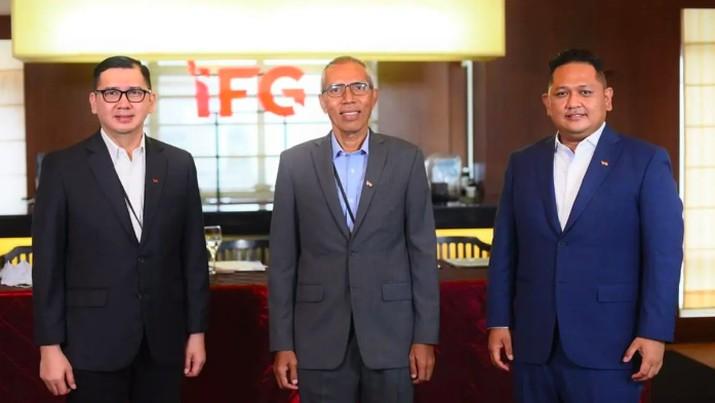 Presiden Direktur Indonesia Financial Group (IFG), Robertus Billitea (tengah), Direktur Keuangan IFG Rizal Ariansyah (kiri) dan Direktur Bisnis IFG Pantro Pander Silitonga (kanan). (Dok IFG)