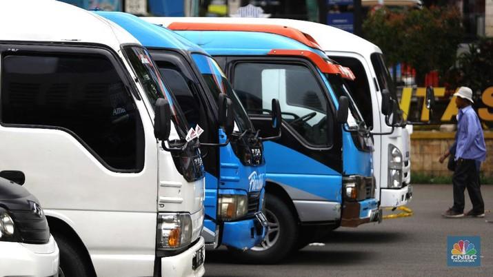 Pemilik kendaraan travel gelap menunggu hasil pemeriksaan usai diamankan petugas kepolisian di Lapangan Presisi Dit Lantas PMJ, Jakarta, Kamis (29/4/2021). Dit Lantas PMJ berhasil menangkap dan menyita sebanyak 115 kendaraan travel gelap yang beroperasi di wilayah Jakarta dan sekitarnya. Penangkapan itu dalam kurun waktu dua hari operasi yakni 27-28 April 2021 jelang periode larangan mudik. Dikutip dari CNN Indonesia,  Kepala Bidang Humas Polda Metro Jaya Kombes Yusri Yunus menerangkan pengendara travel gelap diamankan karena tidak memiliki izin trayek atau melintas di luar jalur izin trayek. melintas di luar jalur izin trayek.
