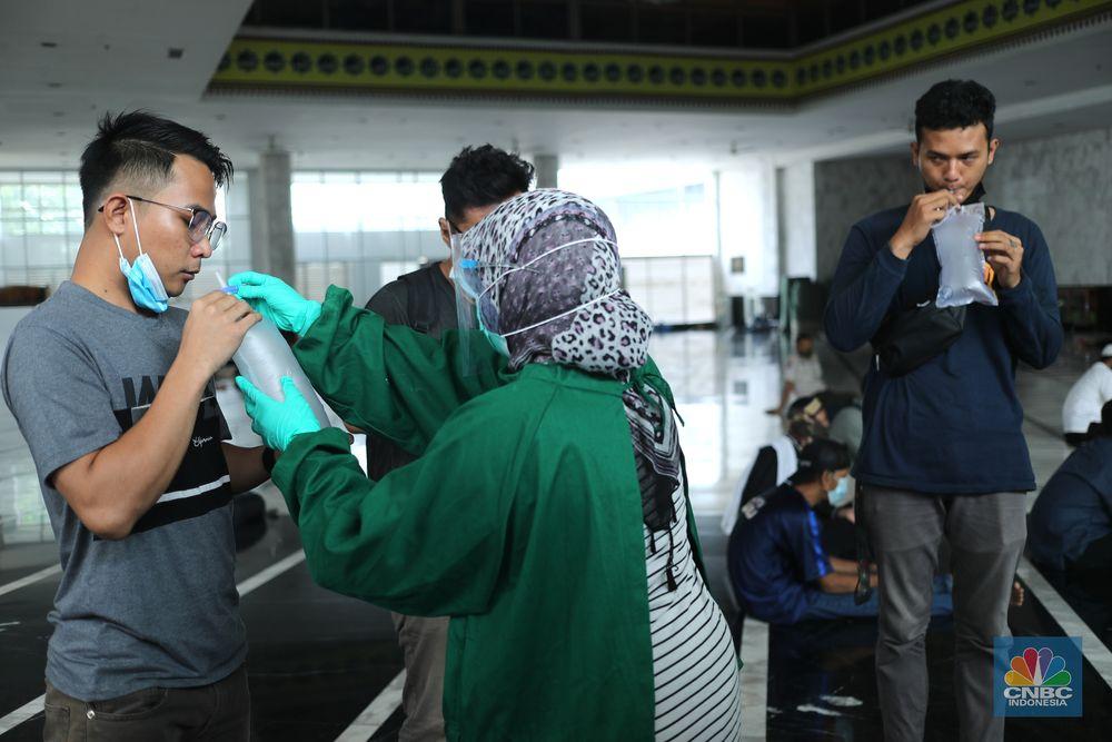 Peserta menjalani penghapusan tato dengan mesin laser di Masjid Baitul Muhyi, Jakarta, Jumat (30/4/2021). Dalam rangka bulan suci Ramadhan, IMS bekerjasama dengandengan Baznas (Bazis) DKI Jakarta menggelar layanan hapus tato gratis. Adapun peraturan yang harus diikuti pesertapeserta yakni dengan melakukan tes kesehatan serta tes Covid-19 menggunakan genose. Fadil (25) salah satu peserta hapus tato menjelaskan