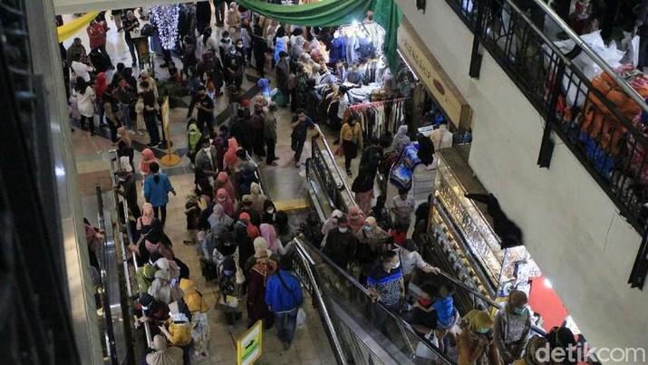 Kerumunan di Pasar Bandung (Yudha Maulana/Detikcom)