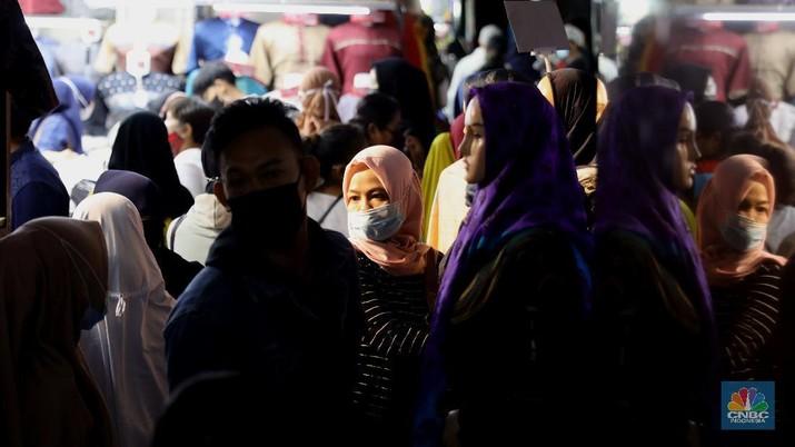 Suasana pengunjung di Pasar Tanah Abang, Minggu, 2/5. Pasar Tanah Abang, (CNBC Indonesia/Muhammmad Sabki)