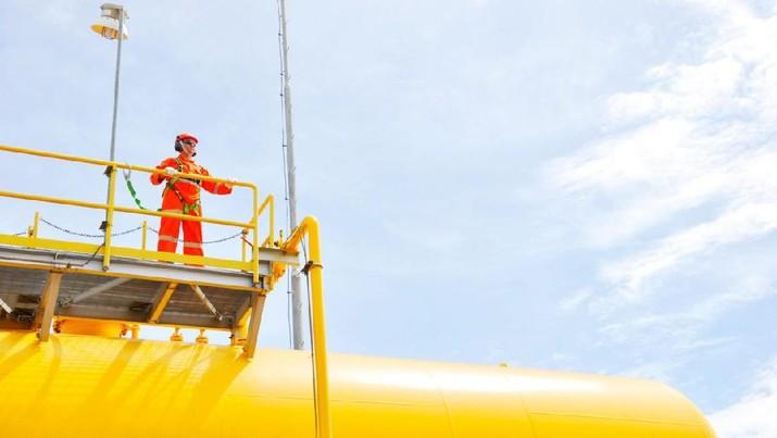 Pekerja di salah satu site pengolahan gas PGN