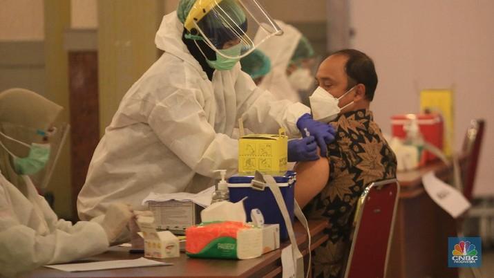 Buruh Suntik Vaksin COVID-19 di Kemnaker. (CNBC Indonesia/Muhammad Sabki)