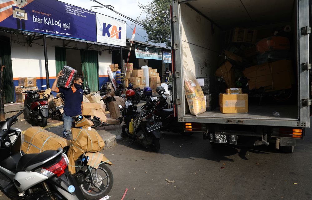 Jasa pengiriman barang angkutan Kereta Api logistik di Senen. (CNBC Indonesia/Muhammad Sabki)