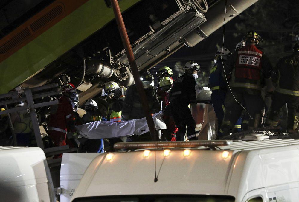 Rel layang tempat kereta melintas di ibu kota Meksiko ambruk dan menimpa ruas jalan di bawahnya pada Senin (3/5/2021) malam. (AP/Eduardo Castillo)