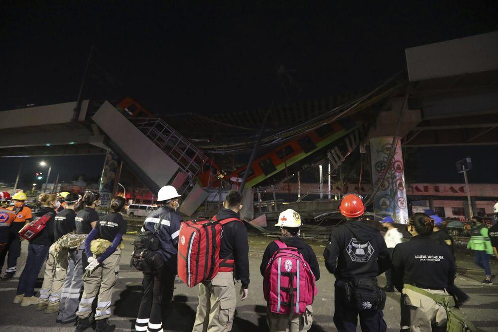 Rel layang tempat kereta melintas di ibu kota Meksiko ambruk dan menimpa ruas jalan di bawahnya pada Senin (3/5/2021) malam. (AP/Marco Ugarte)
