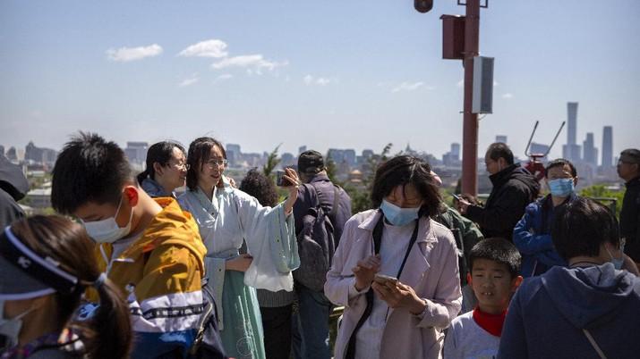 Wisatawan memadati taman wisata kota terlarang di Beijing. (AP/Andy Wong)
