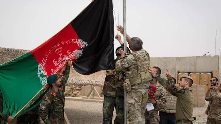Bendera Afghanistan dikibarkan selama upacara penyerahan dari Angkatan Darat AS ke Tentara Nasional Afghanistan. AP/