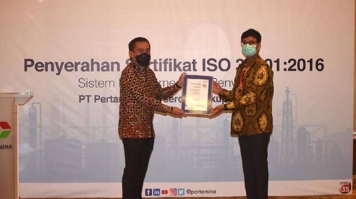 Corporate Secretary Pertamina Brahmantya S. Poerwadi menerima Sertifikat ISO 37001:2016 Sistem Manajemen Anti Penyuapan yang diserahkan langsung oleh Presiden Direktur PT SGS Indonesia Shashibhushan Jogani di Executive Lounge, Pertamina Pusat, Jakarta pada Selasa (4/5). (Dok: Pertamina)