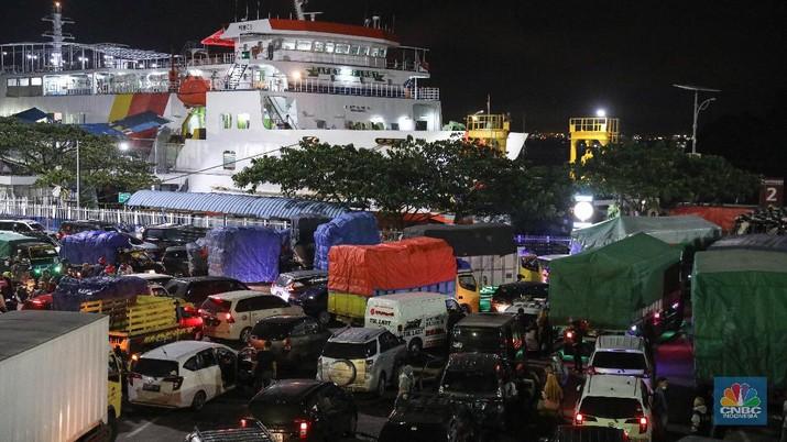Sejumlah kendaraan yang akan menyeberang ke Sumatera mengantre untuk memasuki kapal ferry di Pelabuhan Merak Banten, Rabu (5/5/2021) dinihari. Jelang larangan mudik pada 6 Mei 2021, Pelabuhan Merak mengoperasikan 29 kapal roro untuk melayani penyeberangan penumpang menuju Pelabuhan Bakauheni. (CNBC Indonesia/ Andrean Kristianto)