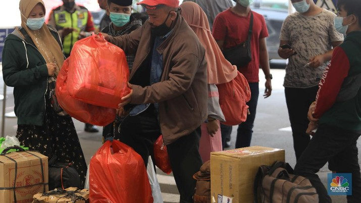 Mudik lebaran di Stasiun Pasar Senen, Jakarta, Rabu (5/5/2021). (CNBC Indonesia/Muhammad Sabki)