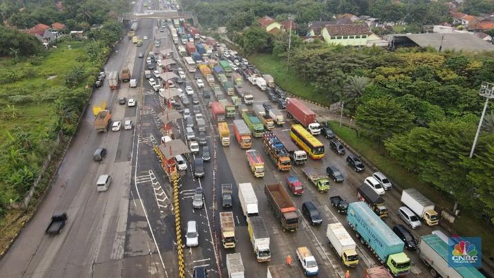 Foto udara kemacetan di Gerbang Tol Cikupa di hari pertama penyekatan mudik, Kamis (6/5/2021). (CNBC Indonesia/ Andrean Kristianto)