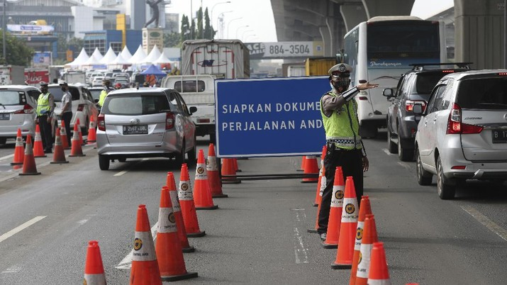 Penyekatan mudik di Tol Cikarang, Jawa Barat. (AP/Achmad Ibrahim)